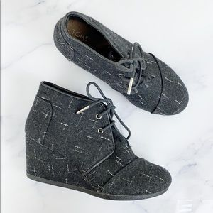 Toms Charcoal Tweed Wool Wedge Ankle Booties 🌿